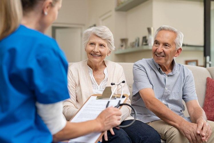 Fachgespräch zwischen MDK-Prüfer und Pflegekraft